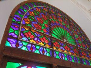 شیشه رنگی در ساختمان